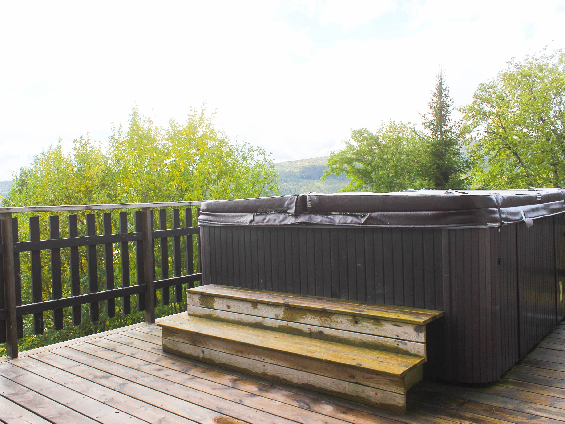 Jacuzzi with a view of the mountains in Björnängelägret in Åre
