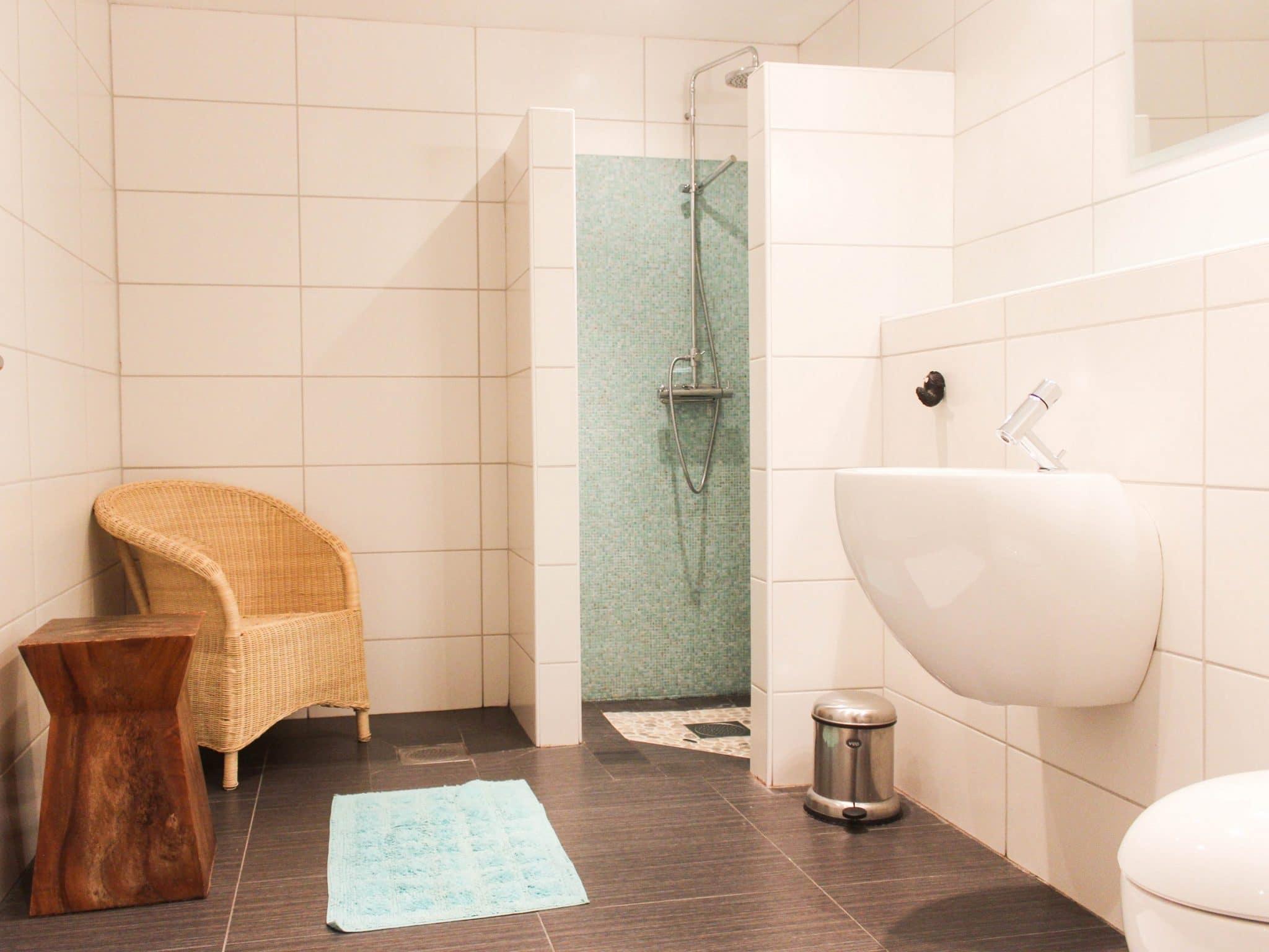 Ljust kaklat badrum i Björnängelägret 6
