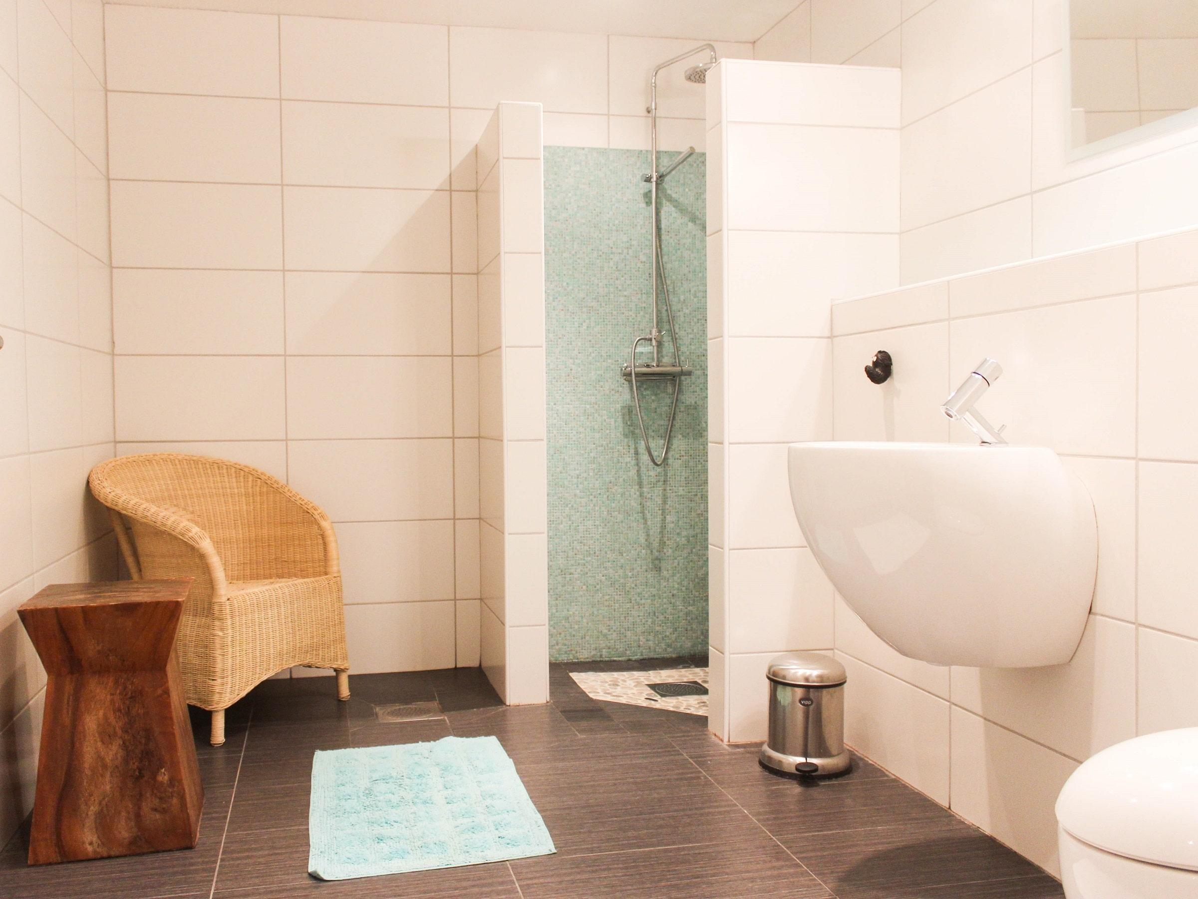 Brightly tiled bathroom in Björnängelägret 6