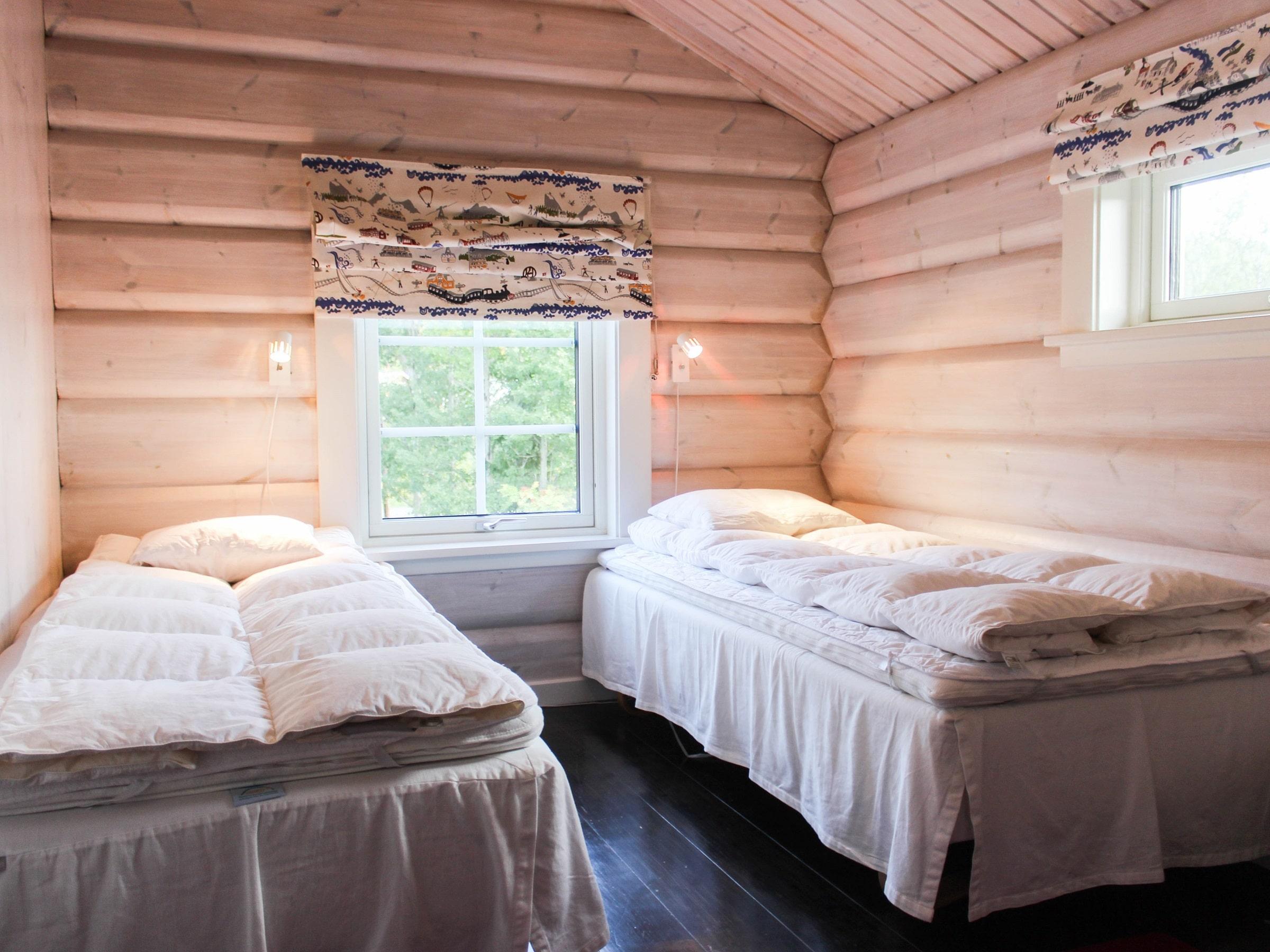 Single beds in a cozy bedroom in Björnängelägret 6 in Åre