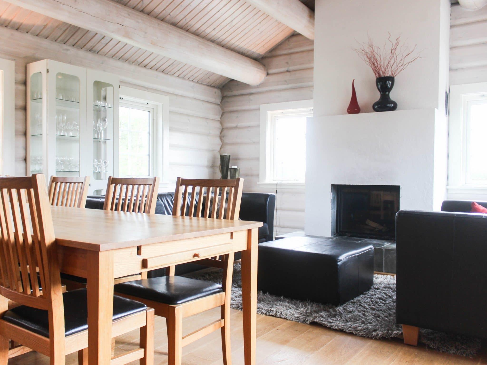 Vy över vardagsrum och matbord i Bjönängelägret 6 i Åre