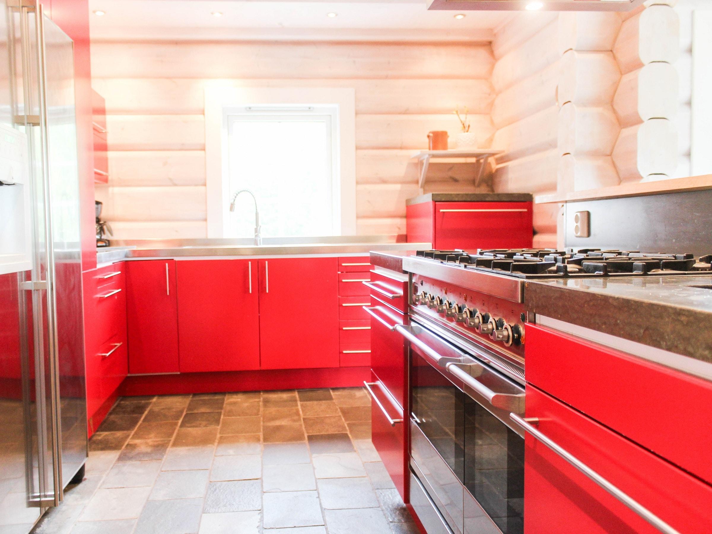 Red kitchen with gas stove in Björnängelägret 6 in Åre