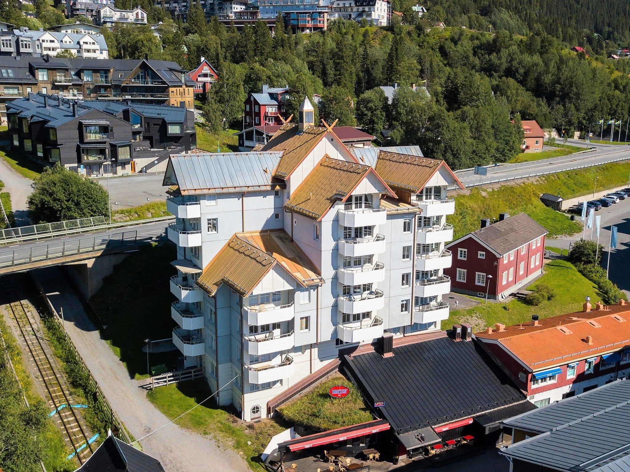 Sommarvy över Freestylehuset i Åre