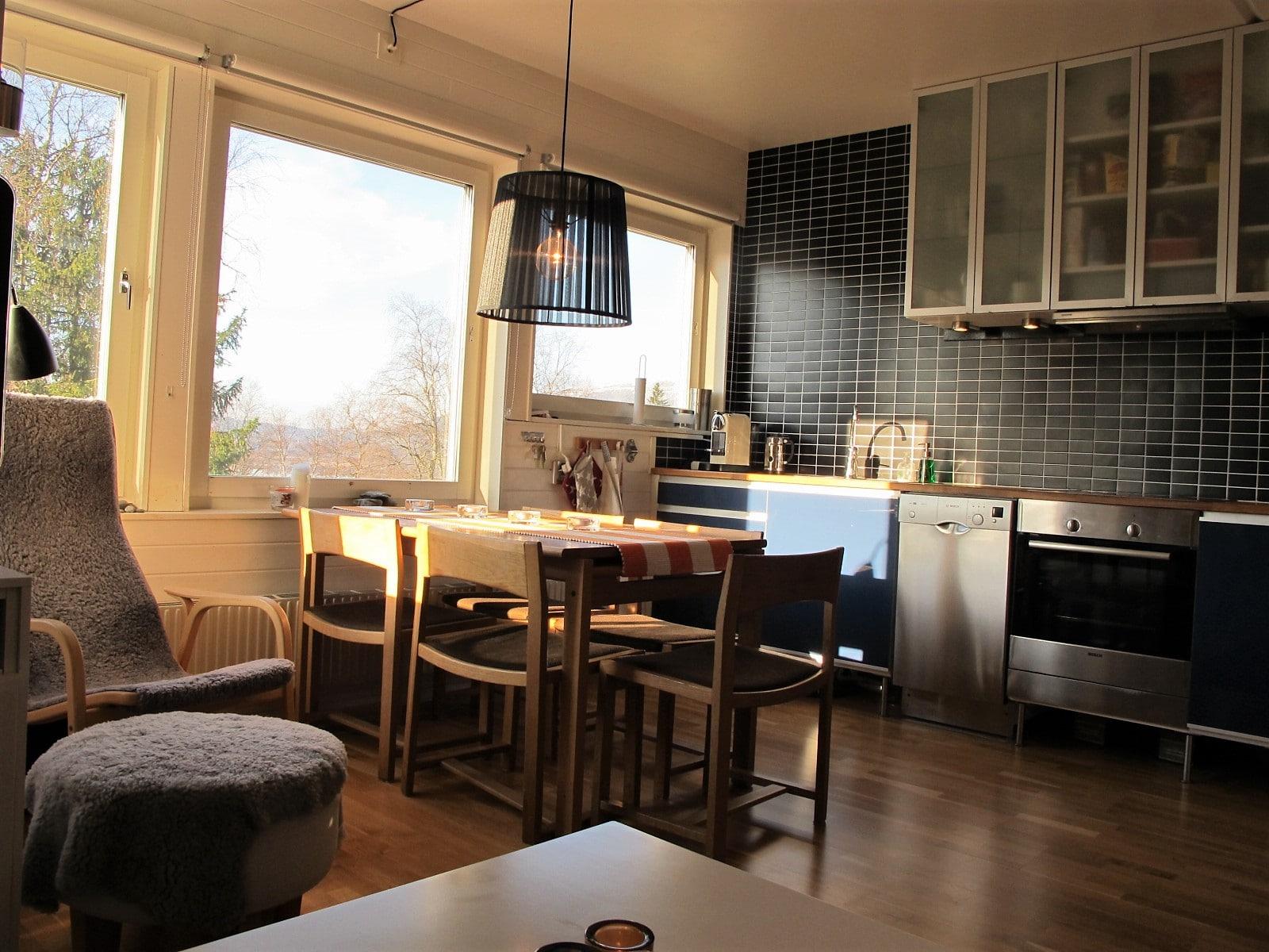 Kök i mörk stil i Hummeln i Åre