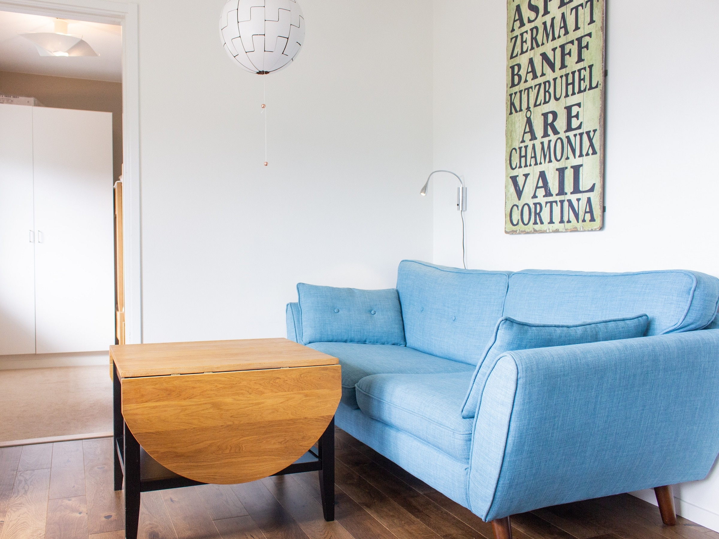 Living room with blue sofa in Hummeln in Åre