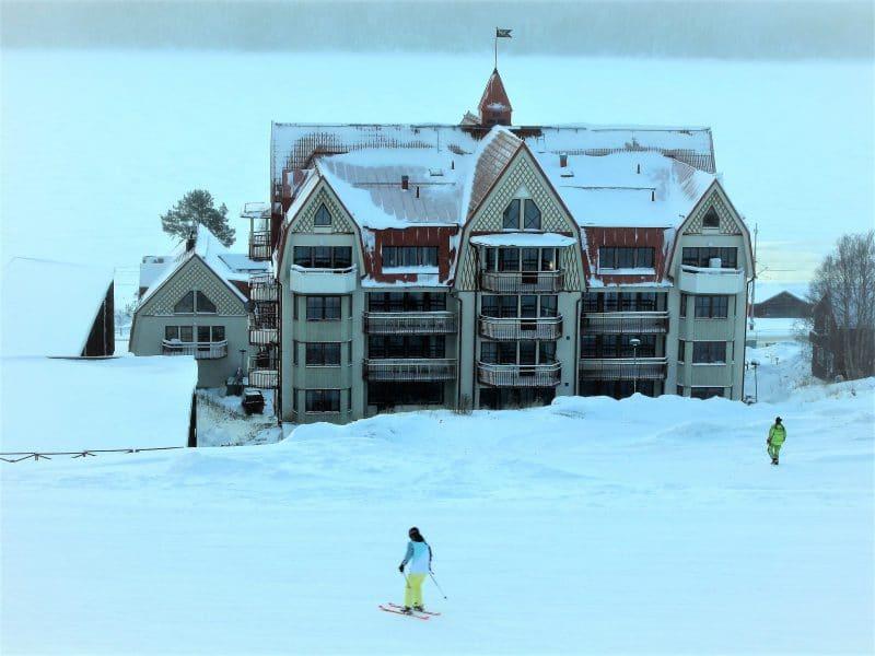 Liengården vintertid med skidåkare i förgrunden