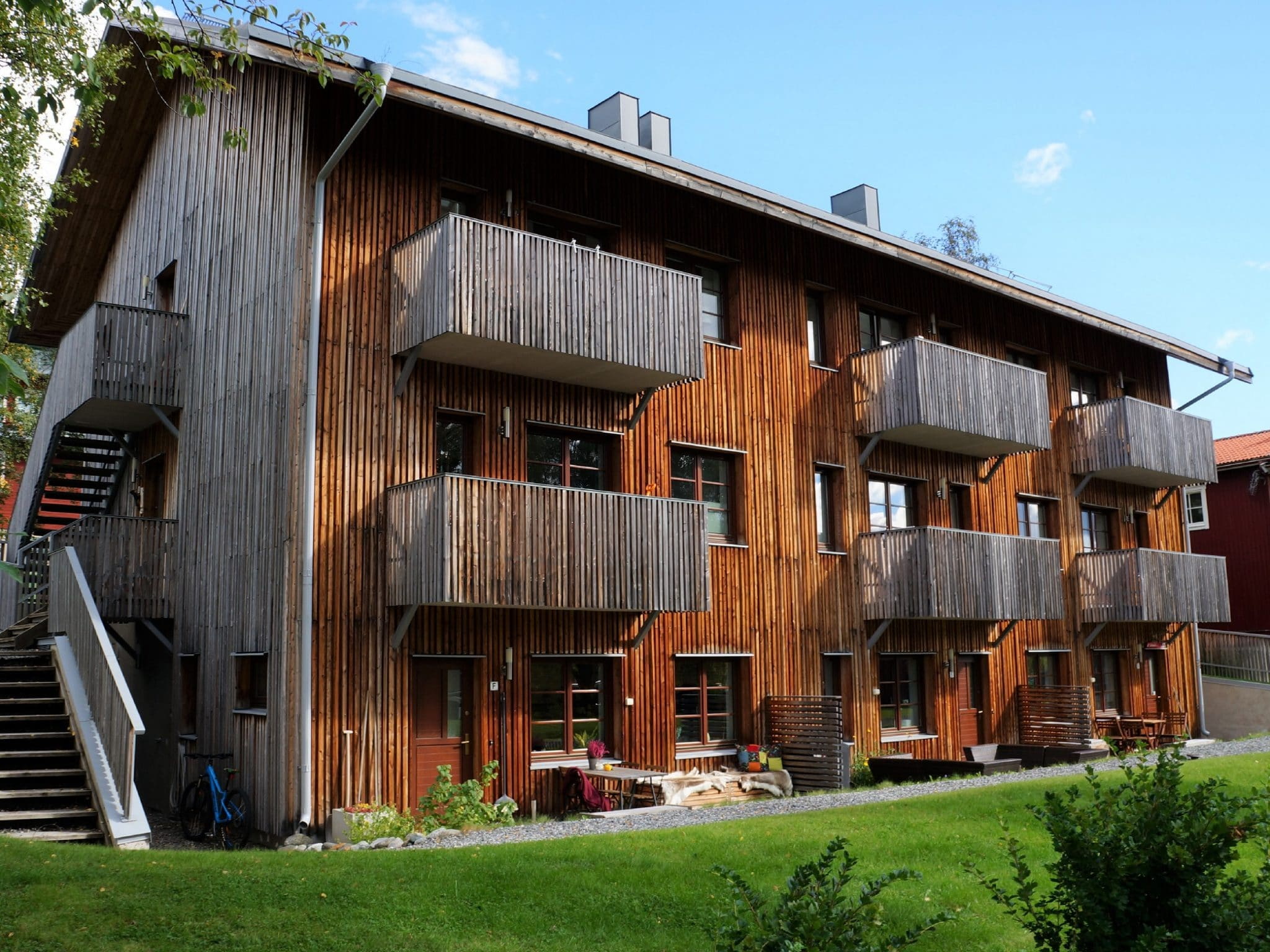 Luxhuset i Åre sommartid med vacker grön gräsmatta framför