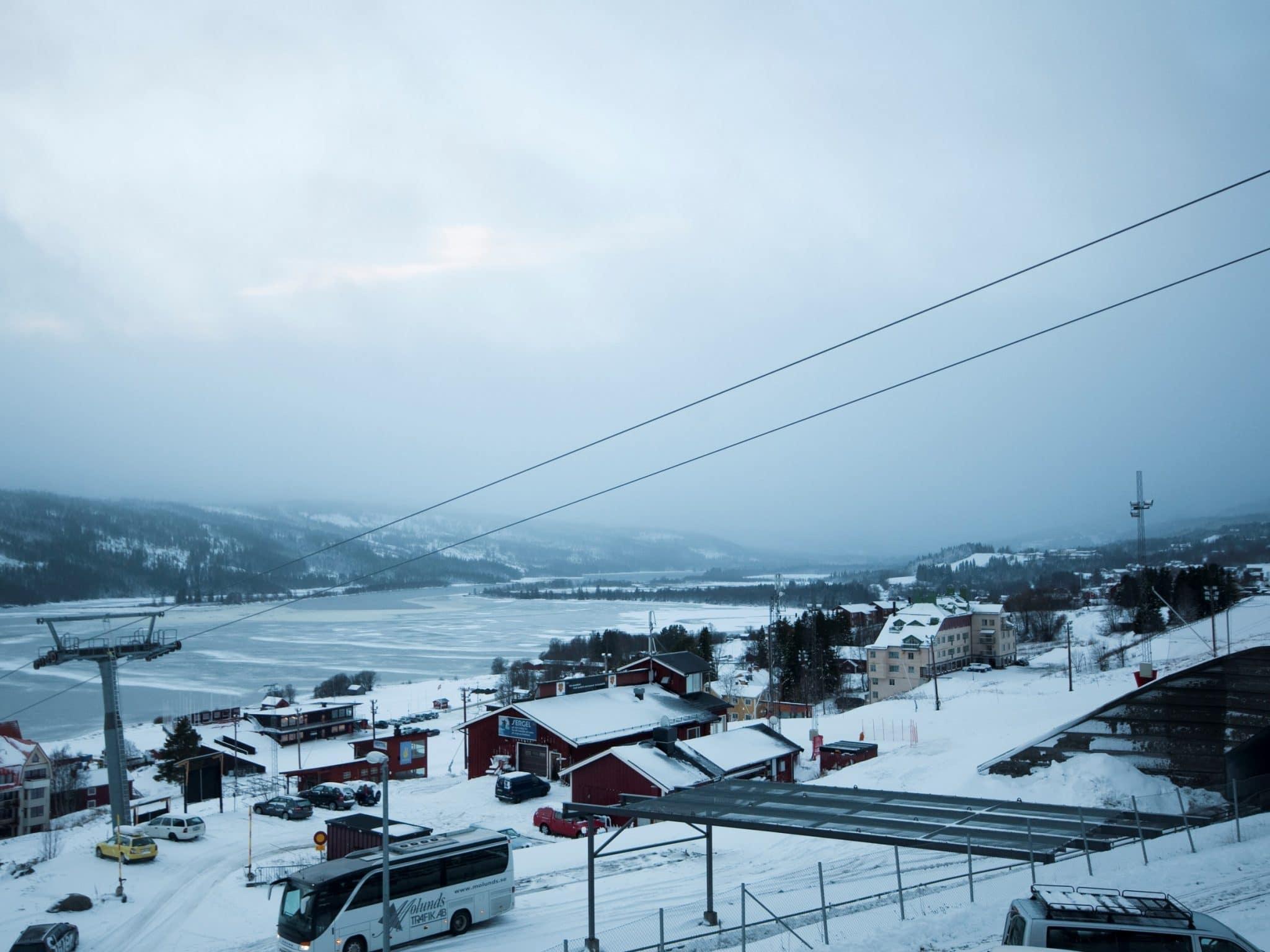Vacker vy över lift och Åresjön vintertid från Olympia 1 i Åre