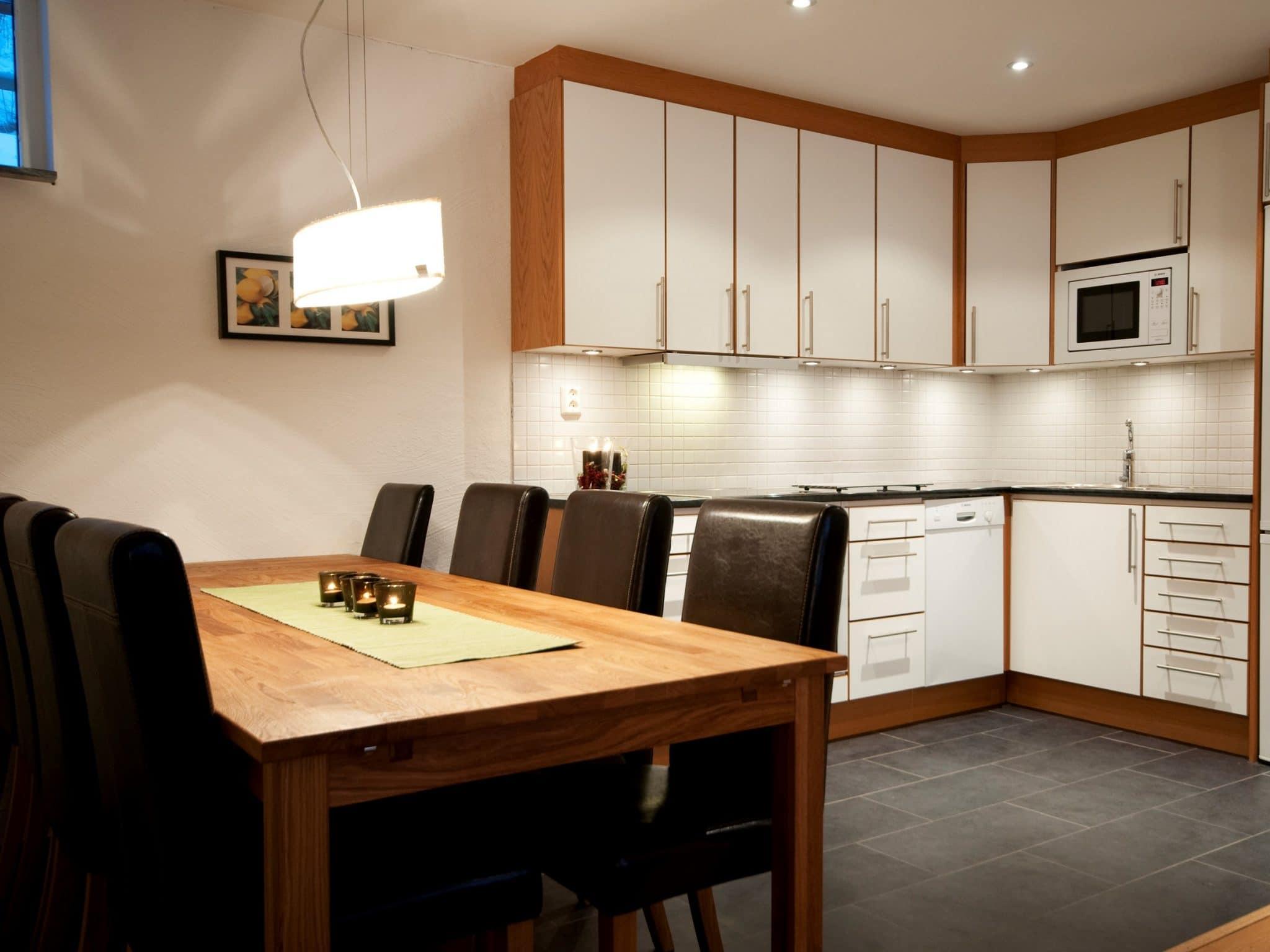 Ljust kök med stort matbord i Olympia 1 i Åre