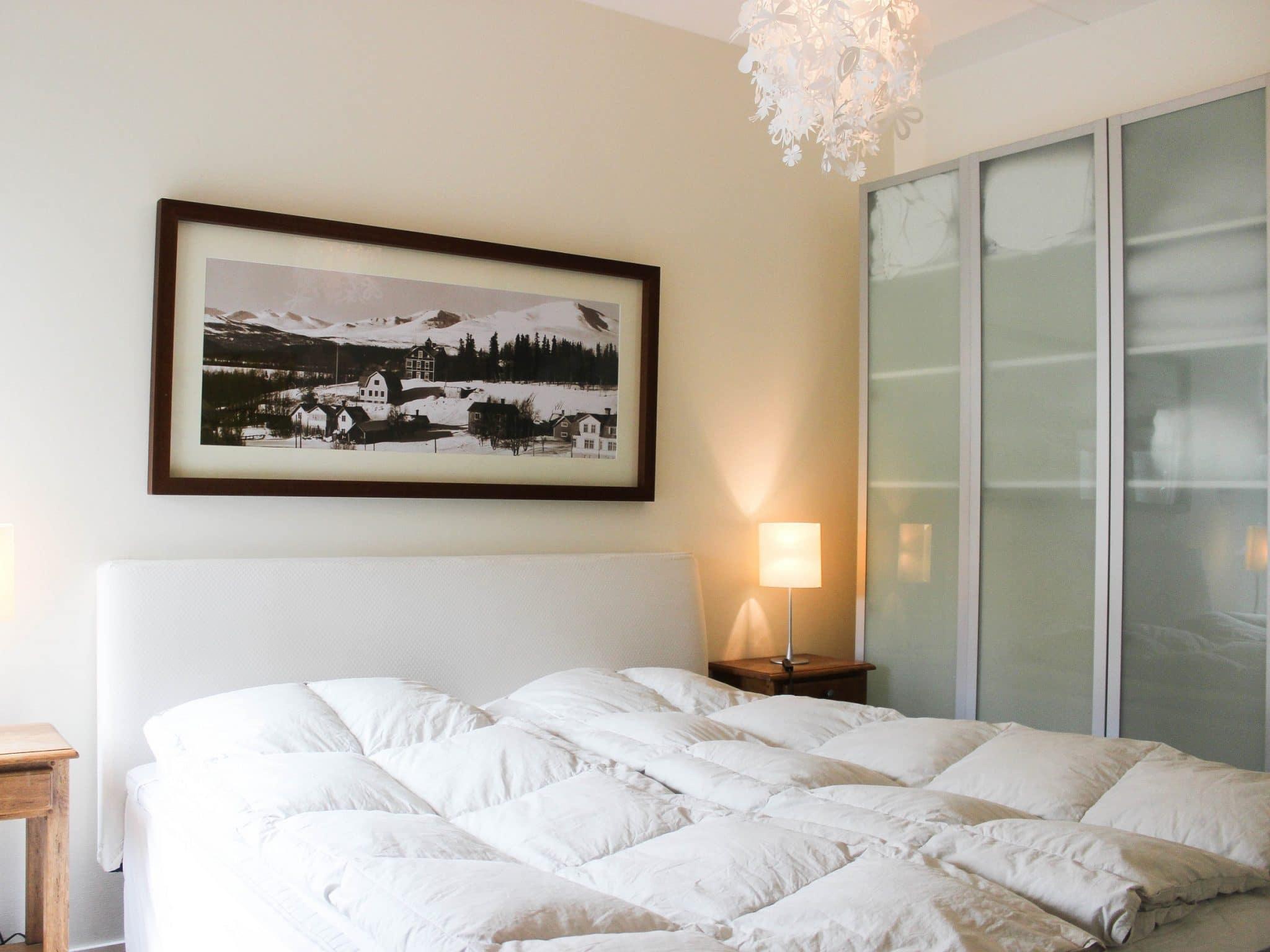 Sovrum med fluffiga täcken och ljus inredning i Åreparken i Åre.