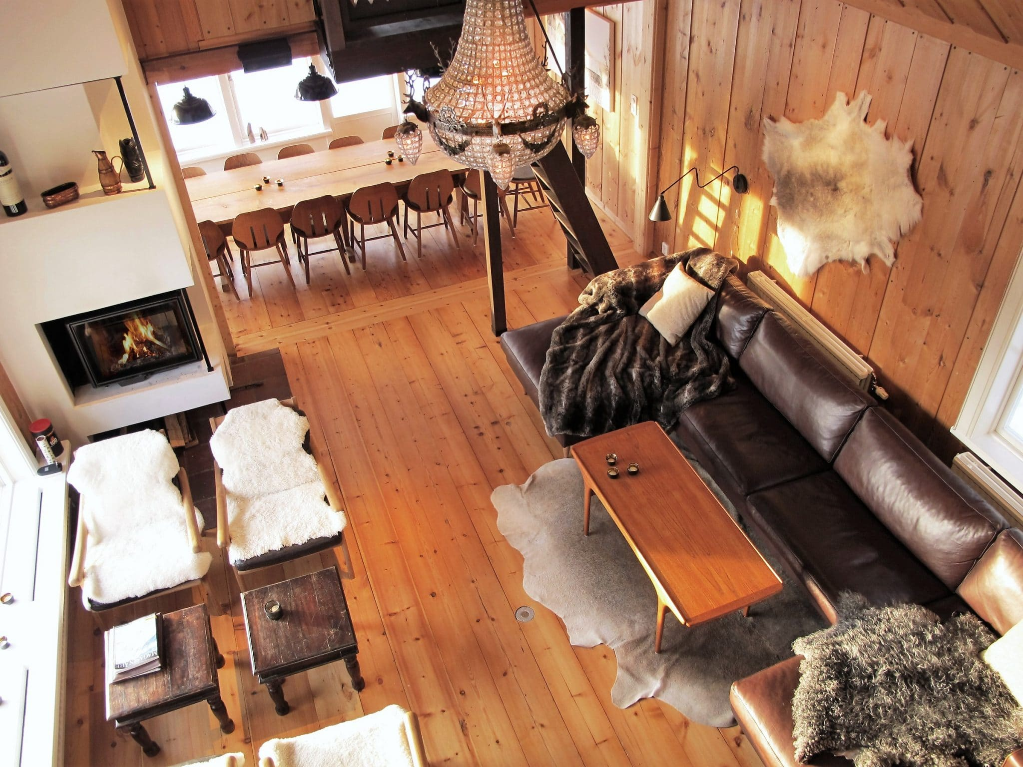 Vardagsrum i Skutan Ski Lodge med öppen spis