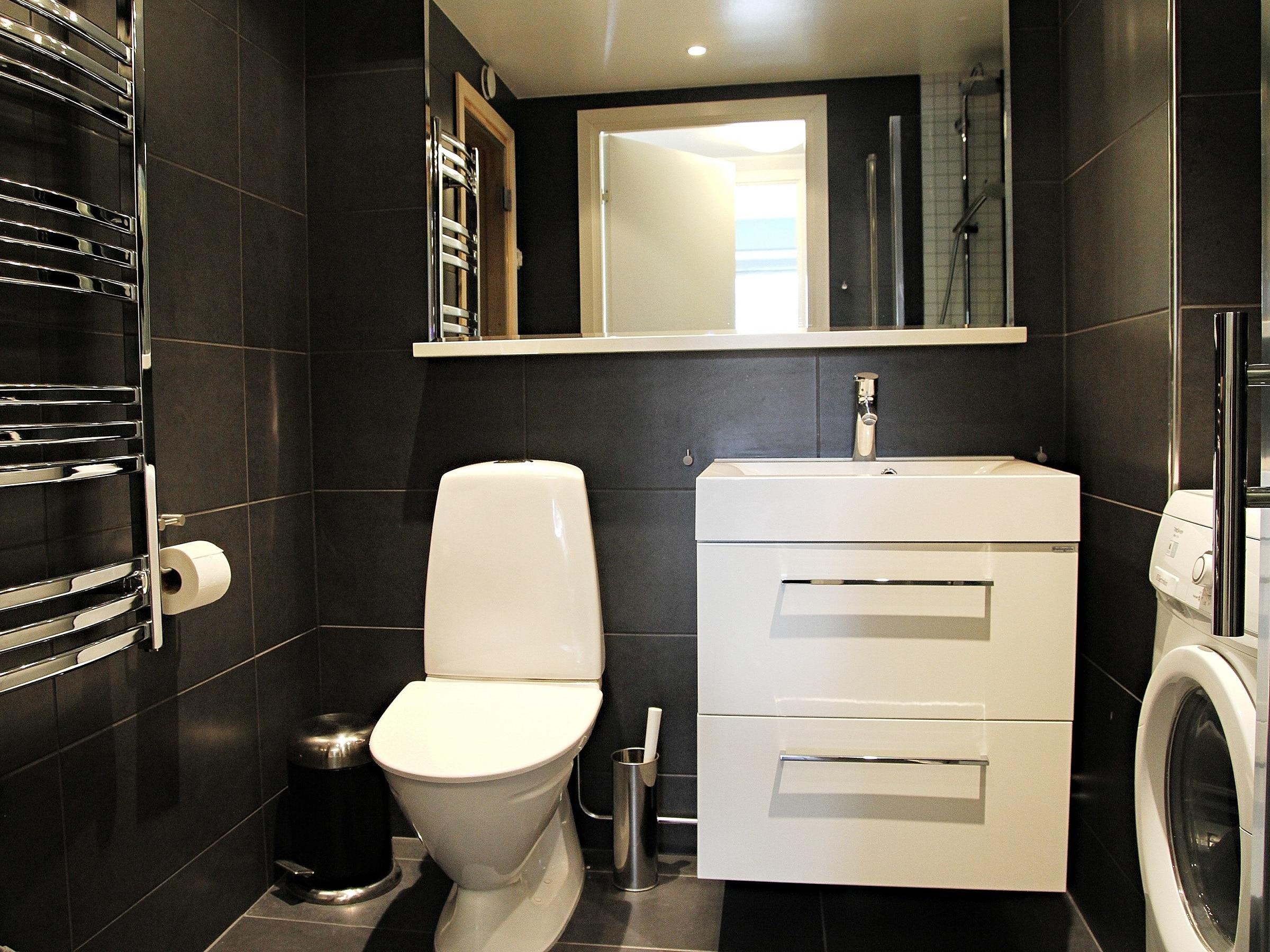 Fully tiled bathroom in Sporthotellet 2 in Åre