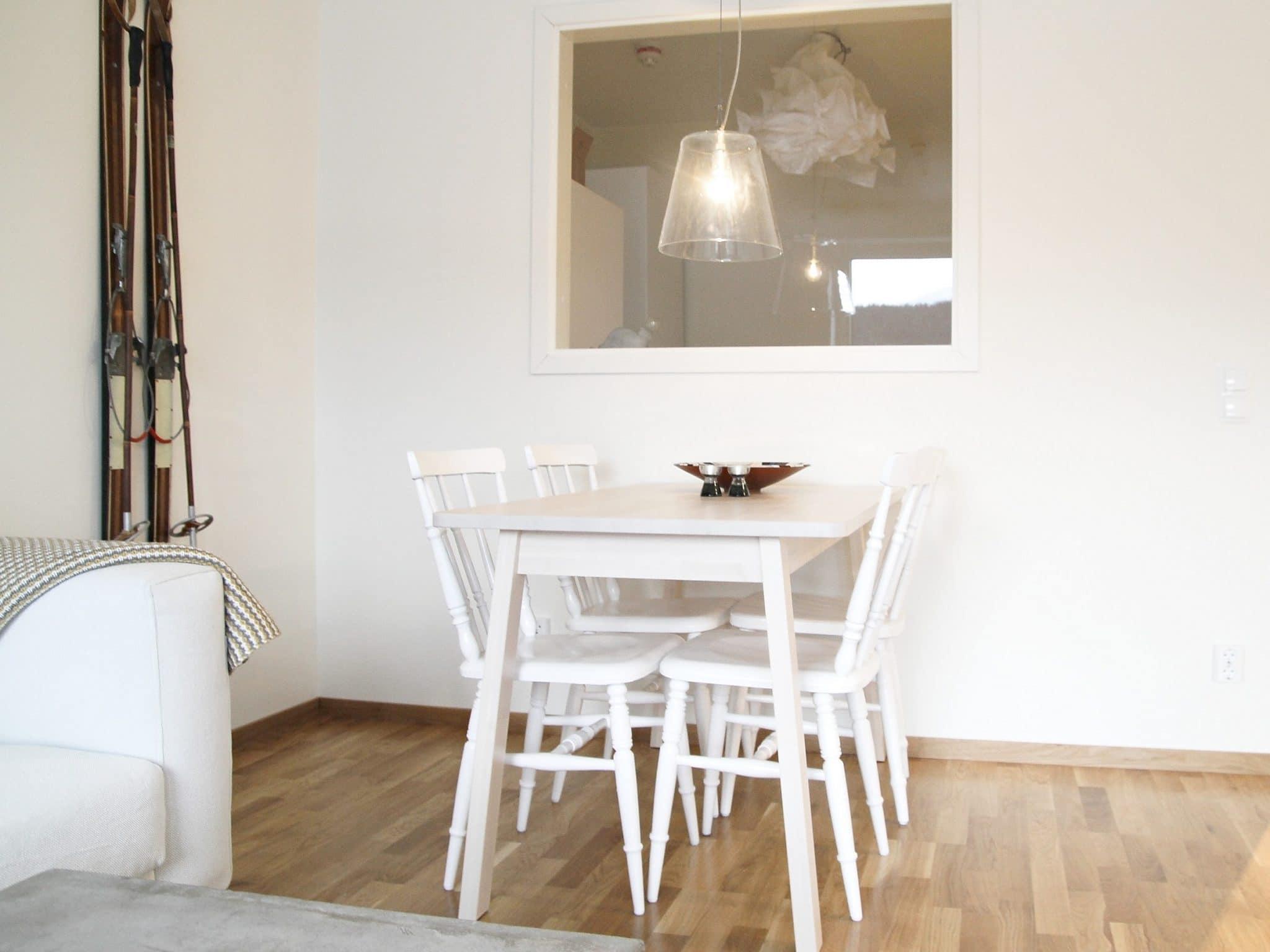 Vitt köksbord på Årevägen 130 i Åre