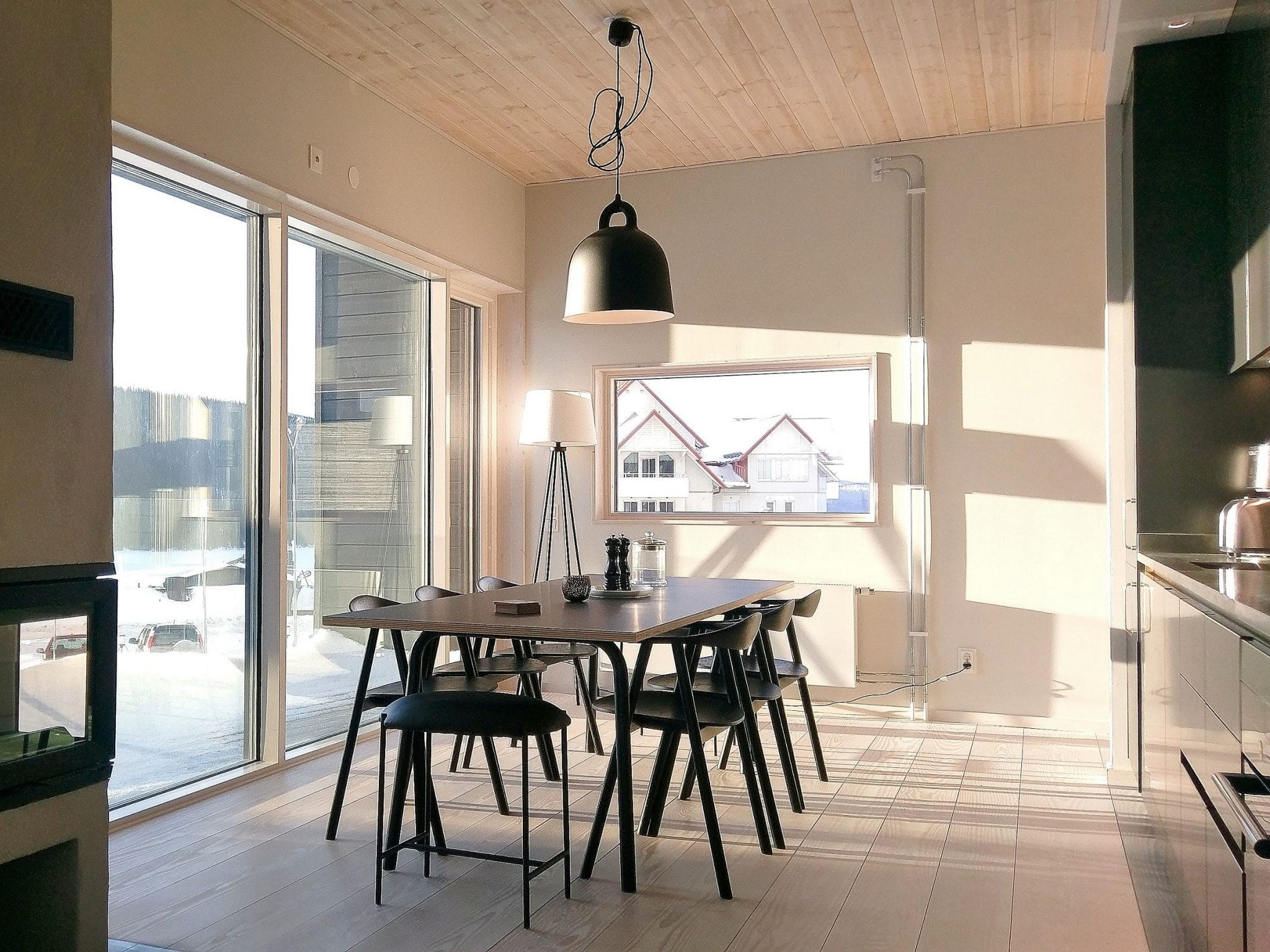 Ljust kök med stora fönster i Skiers Lodge i Åre