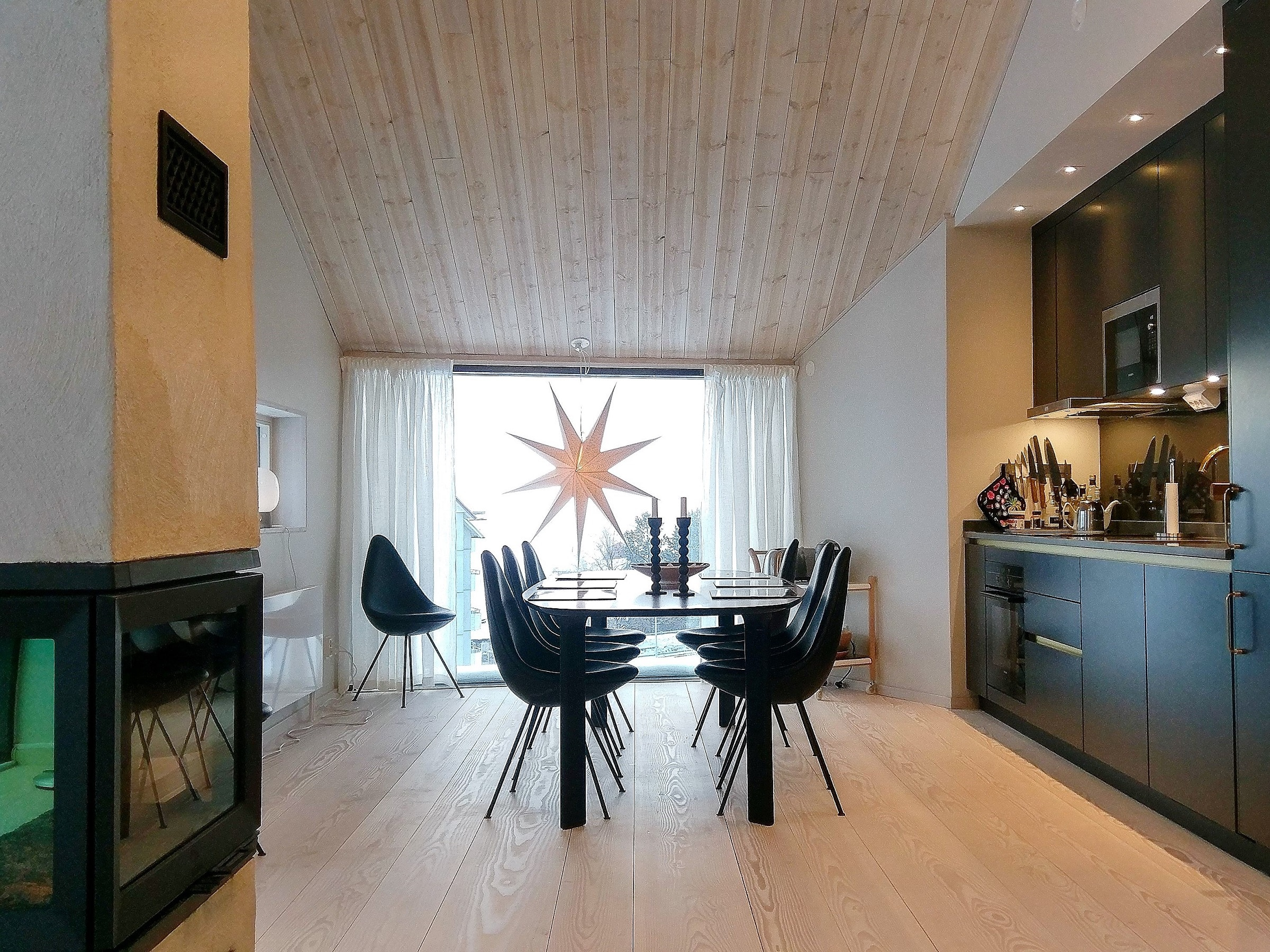 Kitchen with fireplace and large dining table in Skiers Lodge in Åre