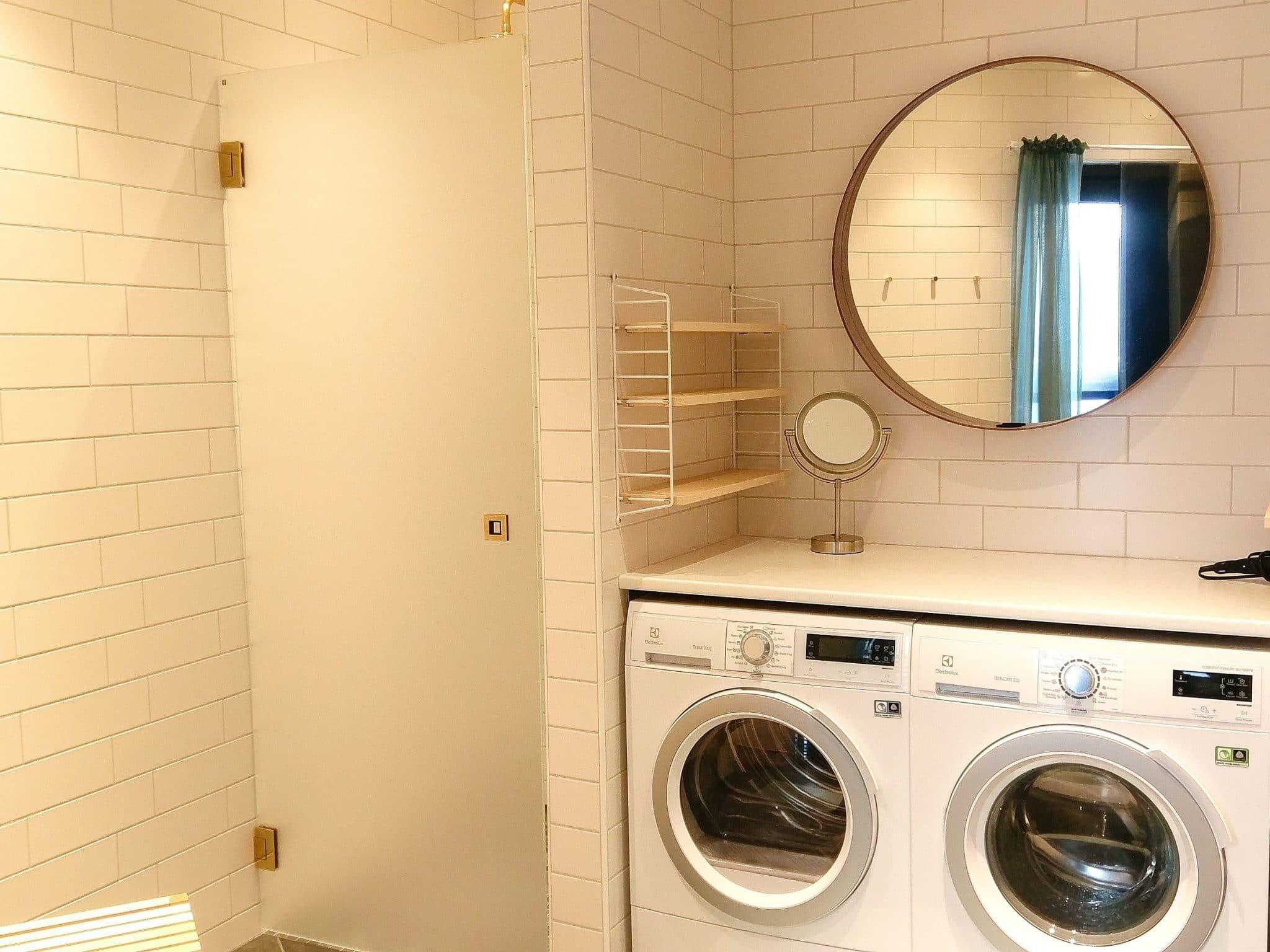 Tvättmaskin och torktumlare i vackert badrum i Skiers Lodge