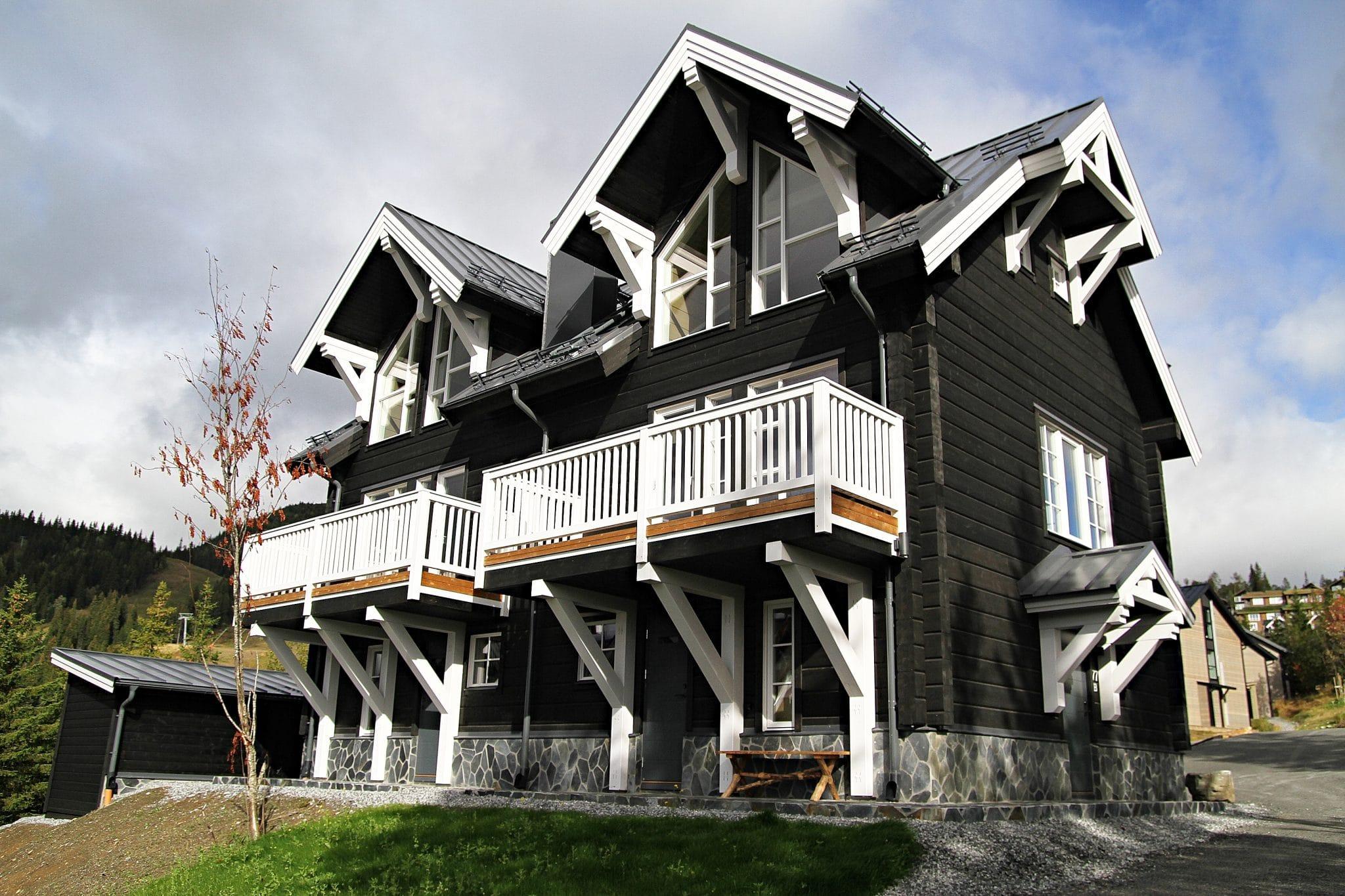 Vackert svart hus med vit balkong i Sadeln