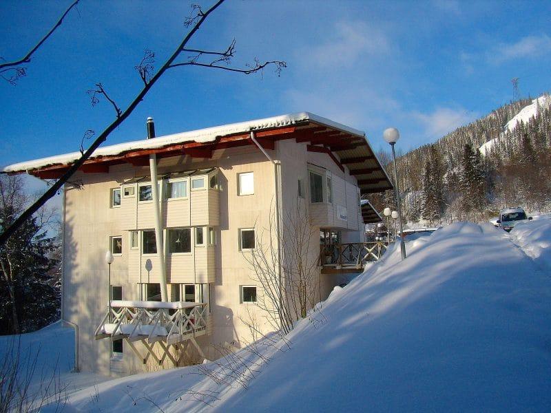 Ett av Hummelhusen en solig vinterdag
