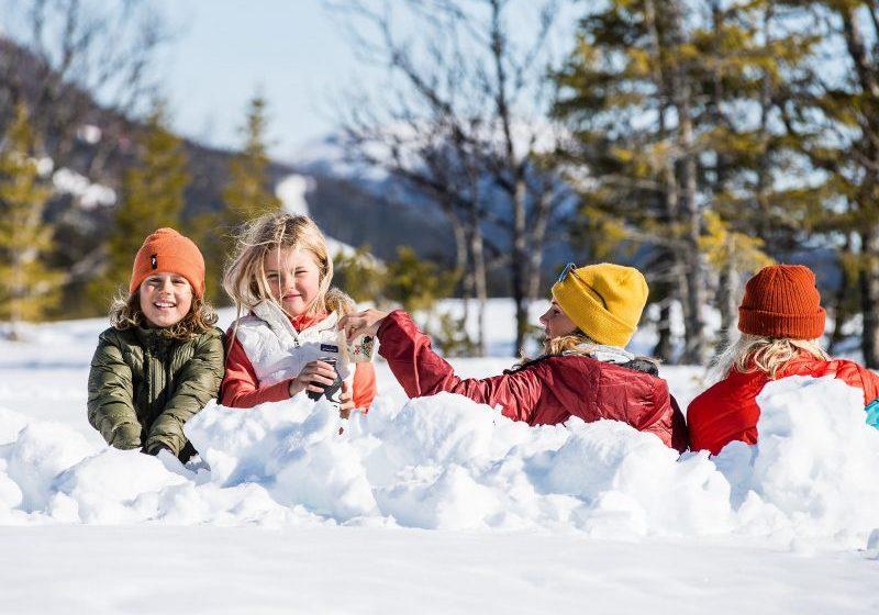 Barn fikar i en snögrop i Åre